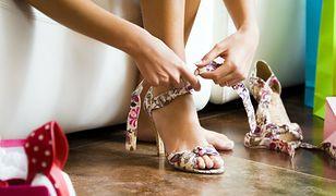 Wzorzyste sandały świetnie prezentują się z klasycznymi krojami
