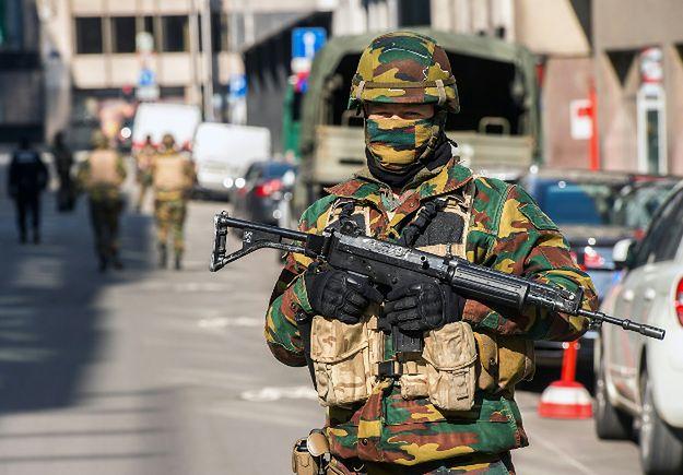 Belgijski żołnierz przy stacji metra Maalbeek
