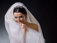 Styl lat 50. i czarne dodatki hitem w modzie ślubnej