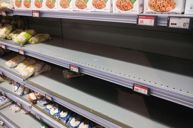 Europejczycy magazynują zapasy żywnościowe. na zdjęciu - puste półki w sklepie na Litwie