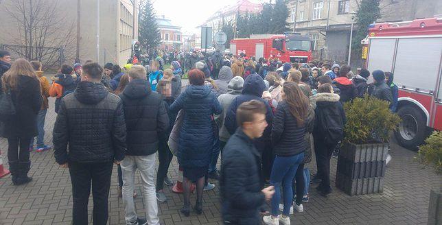 Groźny gaz w szkole podstawowej. Ewakuowano dzieci, kilkoro się zatruło