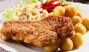 Tradycyjny zestaw obiadowy w polskim domu to kotlet schabowy, ziemniaki i surówka.