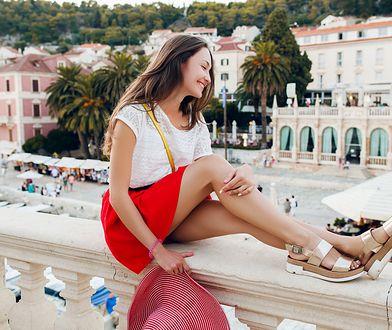 Komfortowe sandały z gumy sprawdzą się na letniej wyprawie