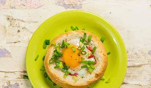 Kajzerki zapiekane z jajkiem. Pomysł na pyszne śniadanie