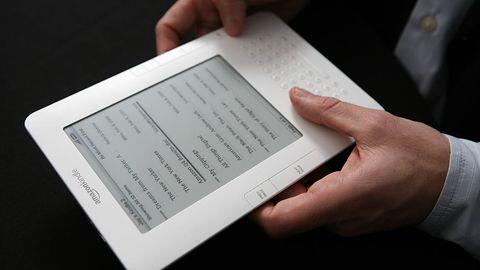 Posiadaczom starszych czytników Kindle zaleca się aktualizację