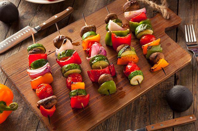 Szaszłyki to potrawa, którą uwielbiamy robić zwłaszcza w czasie letnich spotkań przy grillu. Przepisy na szaszłyki