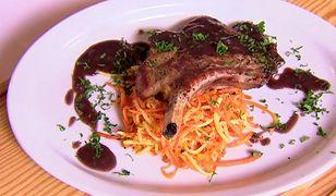 Spaghetti z marchewki i stek wieprzowy z sosem z czarnego bzu