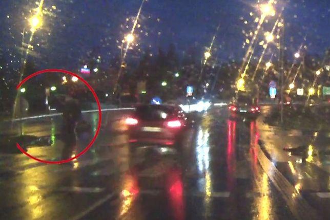 Przerażające wideo z Jeleniej Góry. Kierowca omal nie potrącił pieszej