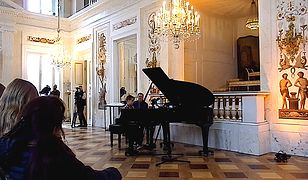 Chłopiec zagrał na fortepianie przed publicznością zebraną w pałacu