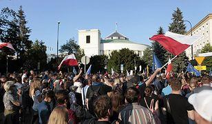 Protesty przed Sejmem. Zwolennicy PiS organizują wiec poparcia dla rządu