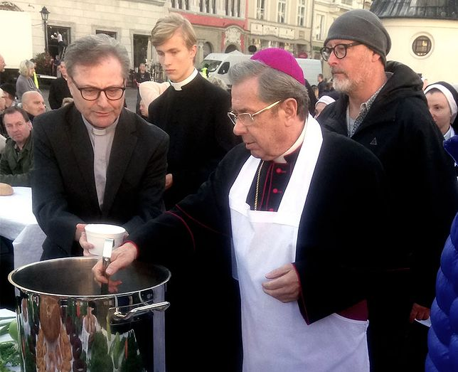 Karmienie głodnych na rynku w Krakowie. Na pierwszym planie Janusz Gajos, za nim reżyser Wojtek Smarzowski