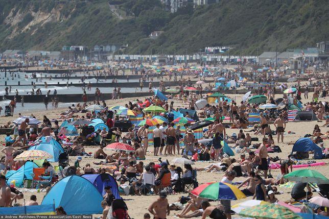 Tłumy na plażach w Wielkiej Brytanii