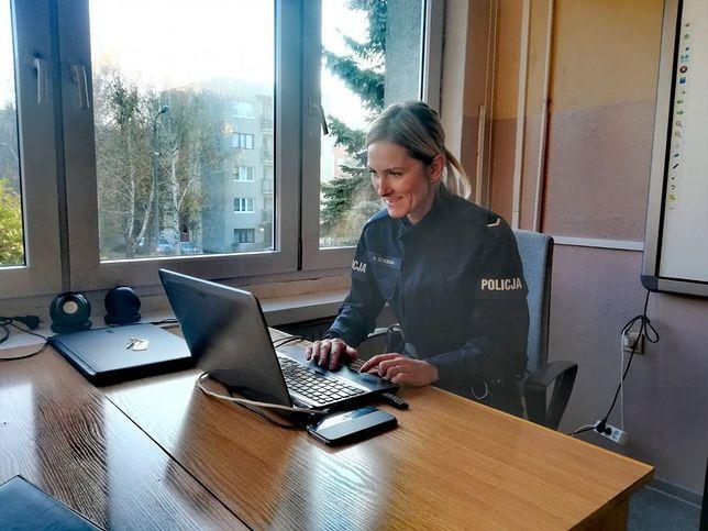 Świętochłowice. Policjanci rozpoczęli zdalną profilaktykę i rozmawiają w internecie z uczniami.