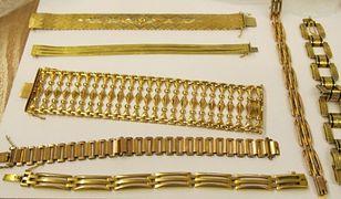 Zatrzymane przez CBŚP osoby wyłudziły cenną biżuterię i monety.