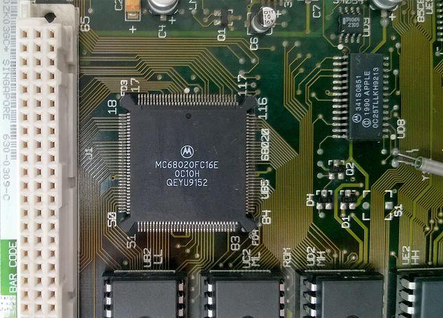 Motorola 68020 taktowana 16 MHz była sercem Macintosha LC. Płyty produkowano w Singapurze.