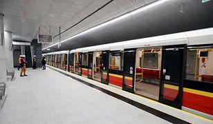Metro Warszawa - na stację Targówek Mieszkalny wjechał właśnie pierwszy pociąg metra.