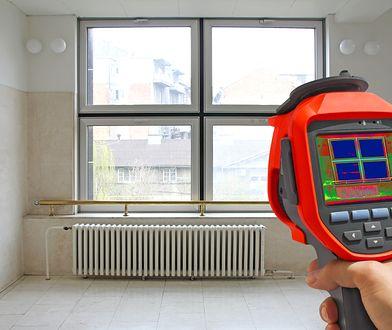 Wymiana jednego standardowego okna na energooszczędne pozwala zmniejszyć koszt ogrzewania o kilkanaście-kilkadziesiąt złotych w skali roku.