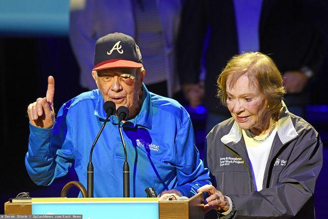 Były prezydent USA Jimmy Carter i jego żona Rosalynn po wyjściu ze szpitala po poprzednim wypadku