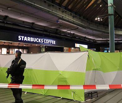 Holenderski żandarm pilnuje miejsca, w którym postrzelono nożownika na lotnisku Schiphol