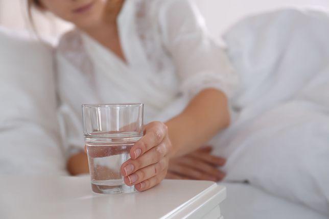 Przed wstaniem z łóżka warto wypić 4 szklanki wody