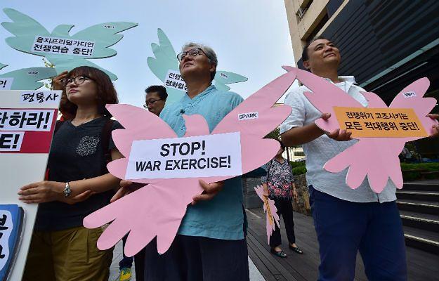 Pokojowi aktywiści protestują przeciwko ćwiczeniom przed ambasadą USA w Seulu