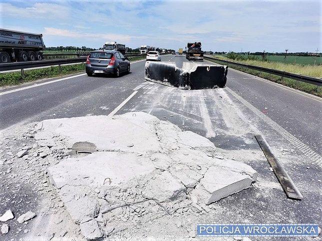 Wrocław. Niebezpieczne zdarzenie na autostradzie A4. Z ciężarówki spadł ładunek
