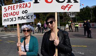 """""""Moja wagina nie twoja broszka"""". Przed Sejmem odbyła się demonstracja """"Za pięć dwunasta - Ratujmy Kobiety"""" [GALERIA]"""