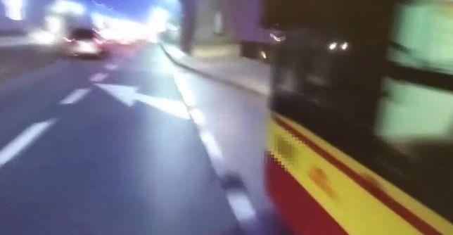 """Autobus potrącił rowerzystę na moście Poniatowskiego. """"Żałuję, że nie wezwałem policji"""" [WIDEO]"""