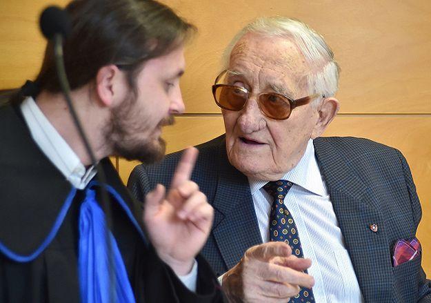 Karol Tendera i jego radca prawny Szymon Topa na sali rozpraw