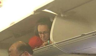 Stewardessa w schowku bagażowym samolotu.