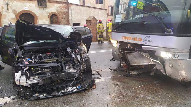 Groźny wypadek autokaru na DK8. Za Wrocławiem droga stoi