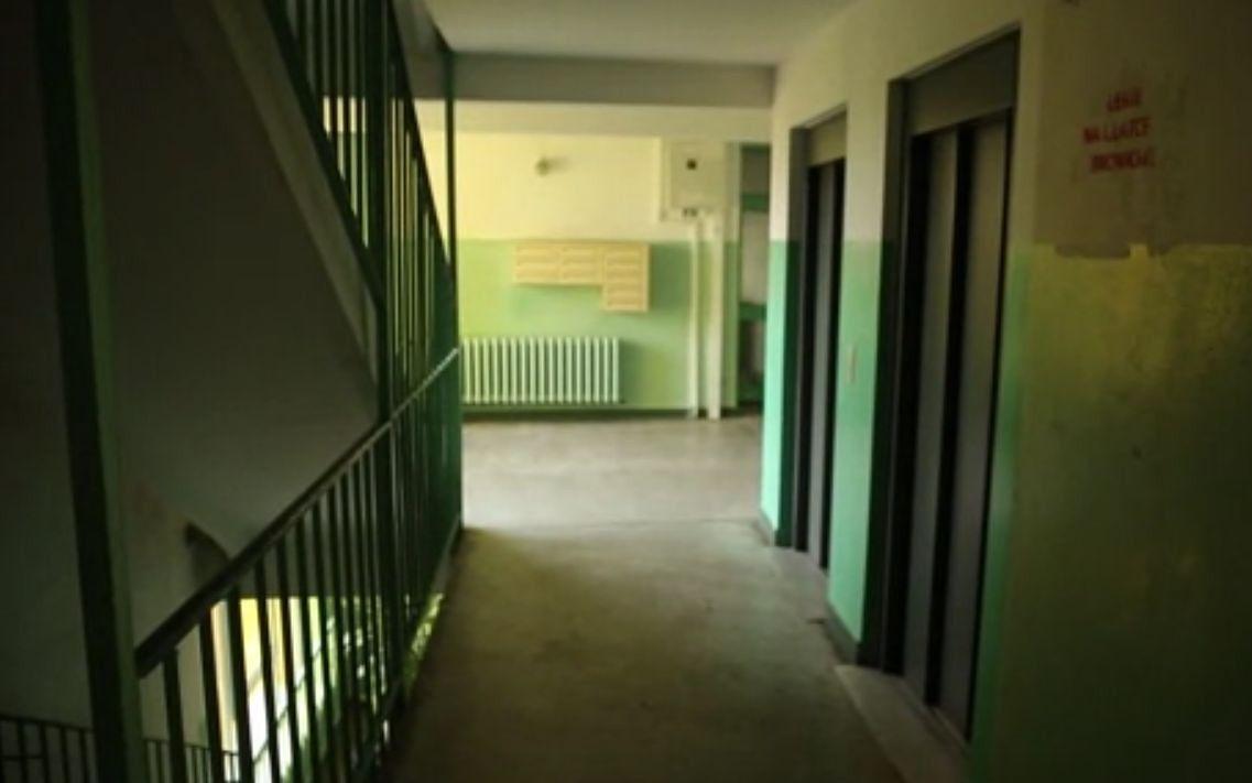 Horror na warszawskim osiedlu. Mężczyzna dręczy sąsiadów [WIDEO]