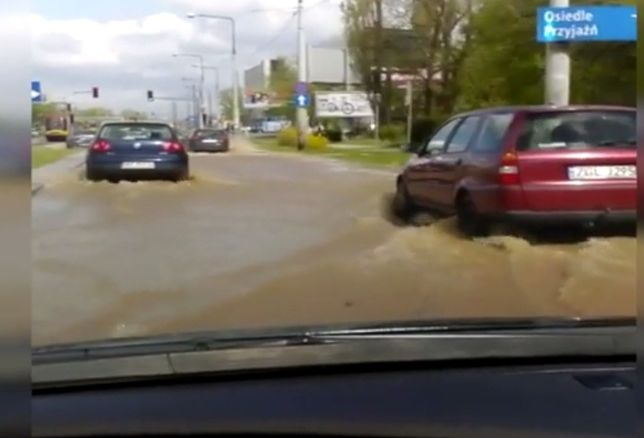 Zalana ulica Powstańców Śląskich. Samochody przedzierały się przez wodę
