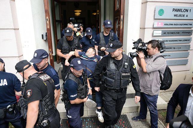 Policjanci wynoszą działaczy ORP z budynku SGGW