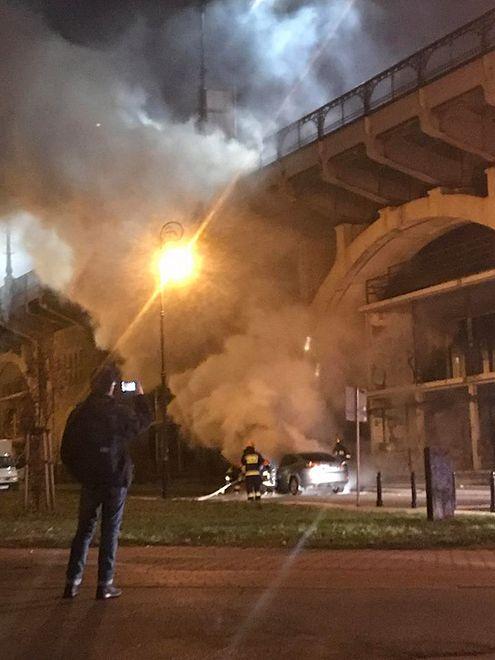 Auto zapłonęło pod mostem Poniatowskiego