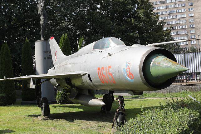 Warszawa. Samolot myśliwski MIG-21 PF znajdujący się w kolekcji uzbrojenia z okresu od XV do XX w. Muzeum Wojska Polskiego