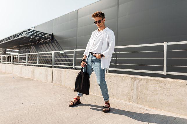 Sandały świetnie sprawdza się na letnim spacerze albo urlopie