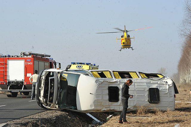 Wypadek busa ze sportowcami. 16 rannych - zdjęcia