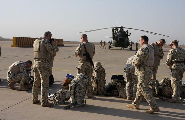 Polscy żołnierze czekają w bazie tranzytowej w Kuwejcie (zdjęcie podglądowe)