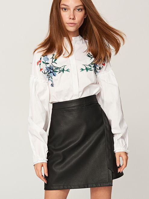 Biała koszula i czarna spódnica