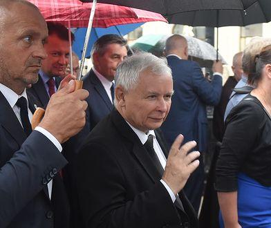 Prezes PiS Jarosław Kaczyński i jego ochroniarz.