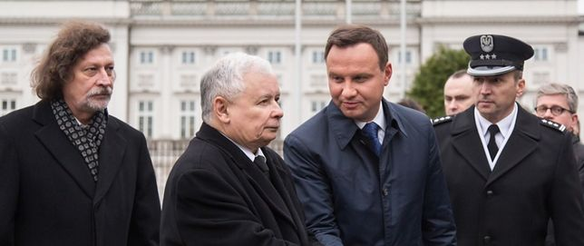 Jarosław Kaczyński wita się z Andrzejem Dudą, 10 kwietnia 2016 r.