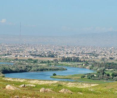 Rzeka Tygrys wypływa z gór Taurusu Wschodniego położonych w Turcji i przepływa przez Syrię oraz Irak