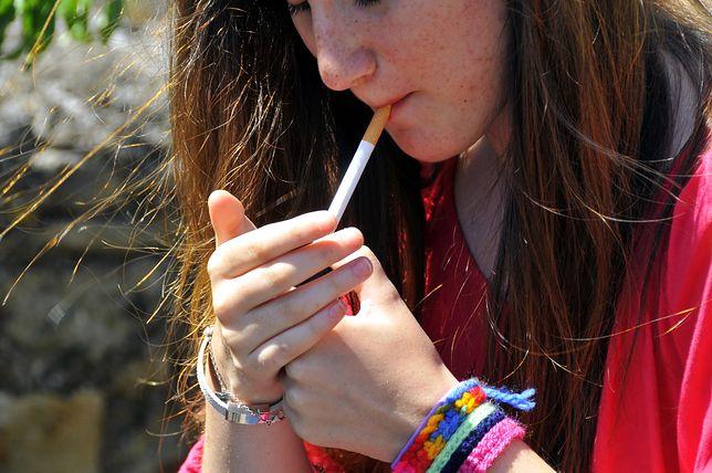 Sondaż: Ponad połowa 18-latków sięgnęła chociaż raz po papierosa