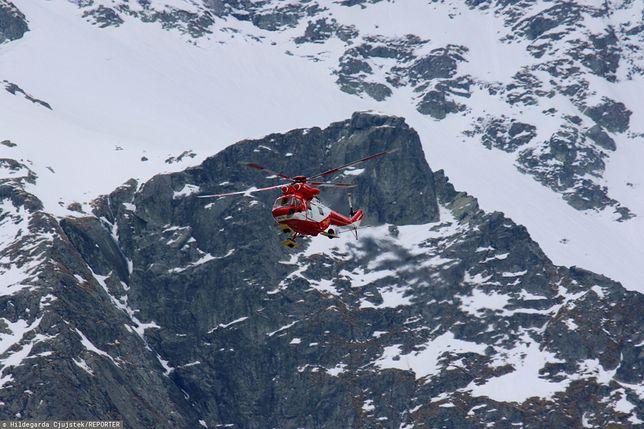 Morskie Oko, Tatry. Helikopter TOPR na tle zaśnieżonych gór w akcji