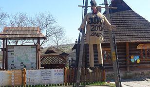 Kukła została powieszona przy ul. Jana Pawła II w Pruchniku.