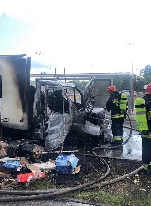 Pożar furgonetki na skrzyżowaniu al. Wilanowskiej i ul. Sobieskiego