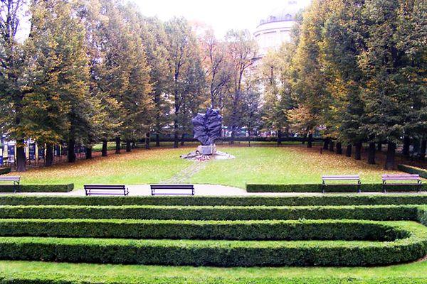 Nazwali Ogród Zamkowy im. Ofiar Katynia i Sybiru. Protesty radnej z SLD