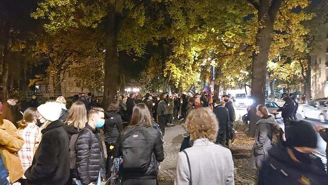 Przed Trybunałem Konstytucyjnym zebrała się spora grupa demonstrantów