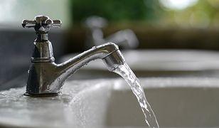 Twardość wody w kranie: lepsza twarda czy miękka?